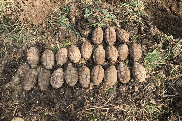21 ručných granátov z obdobia druhej svetovej vojny.