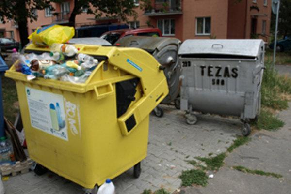 Všetky druhy kontajnerov budú na ulici na jednom mieste.