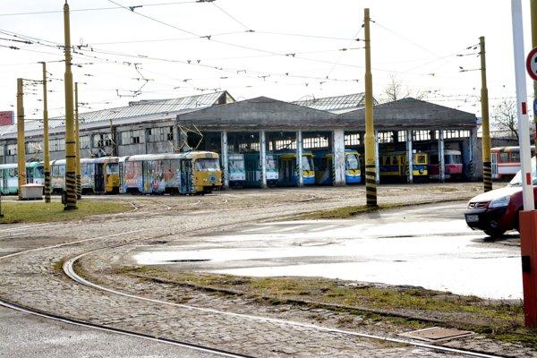 Areál DPMK na Bardejovskej. Od prevodu jeho vlastníctva z mesta na dopravný podnik uplynol iba rok a už je založený v banke.