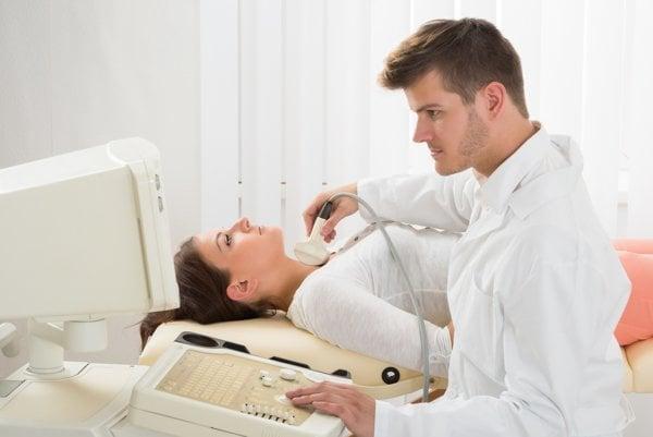 Ak pri vyšetrení nahmatá endokrinológ uzlík, pošle pacienta na vyšetrenie ultrazvukom.