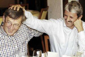 Bývalý premiér Mikuláš Dzurinda žartuje s luxemburským premiérom Jeanom-Claudeom Junckerom.<br>