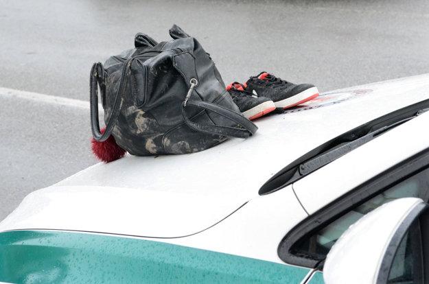 Veci zrazenej ženy. Zostali na kapote policajného auta.