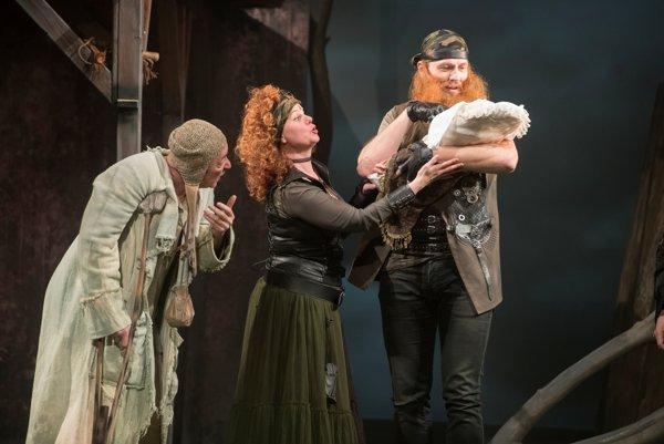 Zľava Róbert Šudík, Adriana Ballová a Peter Cibula v novej rozprávke Ronja, dcéra lúpežníka v Štátnom divadle Košice.