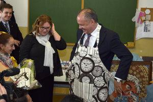 Prezident SR Andrej Kiska (vpravo) počas návštevy elokovaného pracoviska súkromnej Strednej odbornej školy Biela voda v Kežmarku pri príležitosti Medzinárodného dňa Rómov.