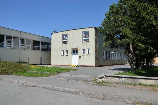 Škola na Hollého na konci školského roka končí