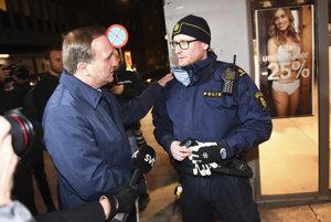 Stefan Löfven počas rozhovoru s policajtom na mieste útoku.