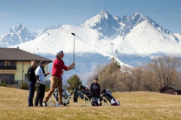 Momentka z roku 2015. Adam Žampa. Lyže vymenil za golfové palice.
