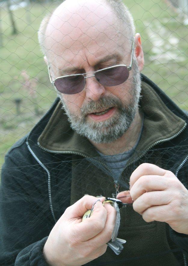 Vladimír Slobodník krúžkuje vtáky, ale stará sa aj o búdky.