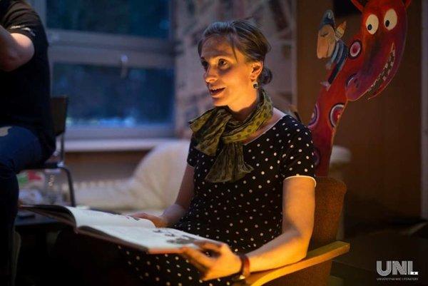 Učiteľka Monika Perecárová na detskom stanovišti.
