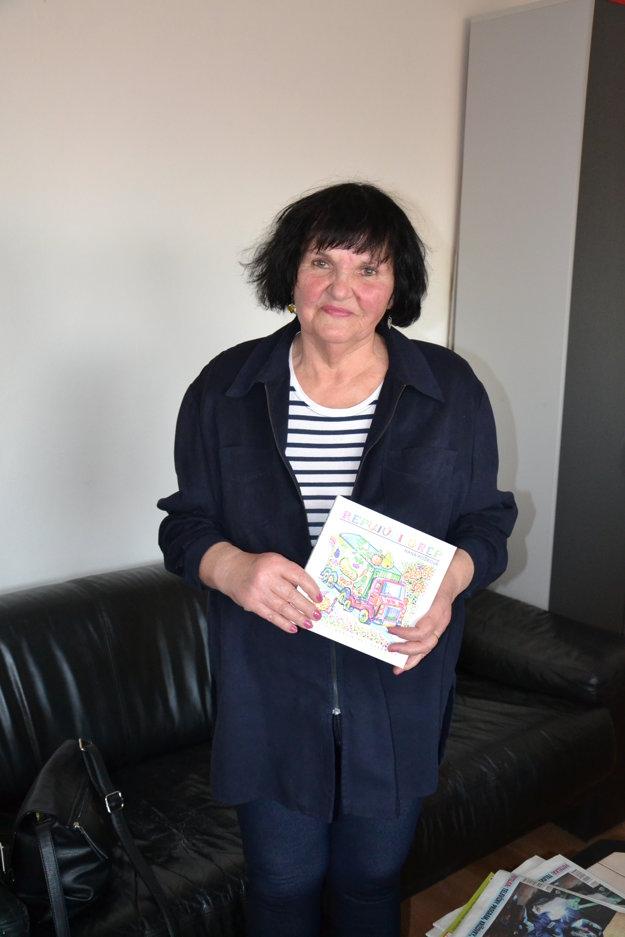 Hana Košková s dielom Repujúci grep.
