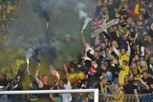 Fanúšikovia Dunajskej Stredy povzbudzujú svoj tím.