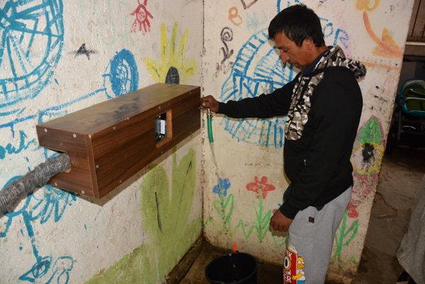 Vodný automat v Dobšinej. Načerpaný objem vody odčíta automat zpredplatenej karty.