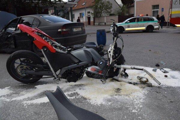 Mladík na BMW nedal v Piešťanoch prednosť motorkárovi.