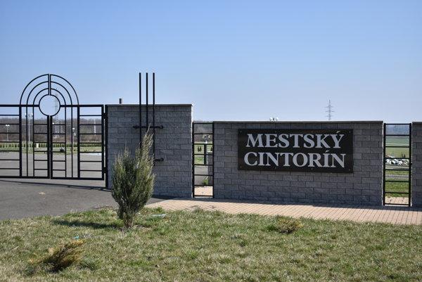 Nový cintorín. Za bránou už pribúdajú hroby.