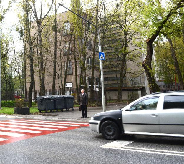 Priechod pri obchodnej akadémii. Zostali tam iba stĺpy, semaforové svietidlá už demontovali. Vodiči by mali zbystriť pozornosť, keďže tam cez cestu prechádza veľa študentov.