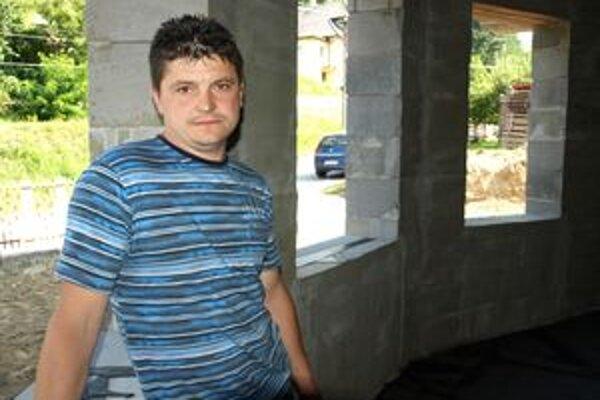 Róbert Greguš už osem mesiacov nemôže uzavrieť stavbu. Pre chýbajúce okná.