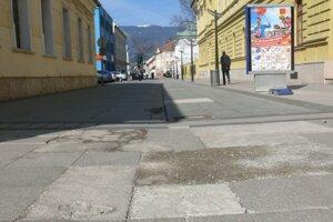 Dlažba na Ulici Andreja Kmeťa je výrazne poškodená.