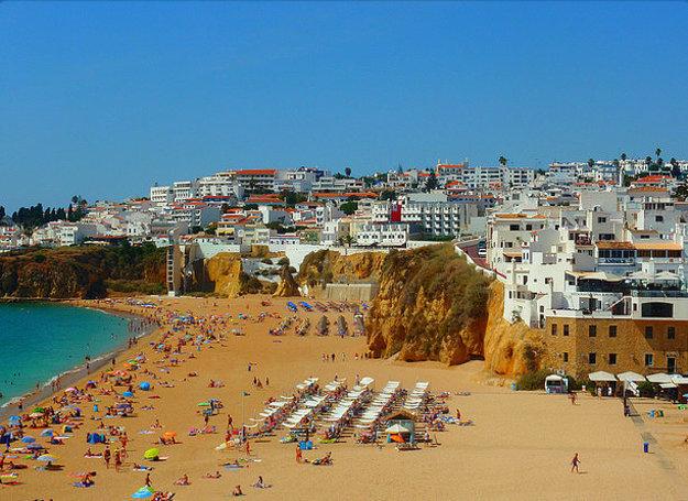 Turistickým centrom Algarve je Albufeira.