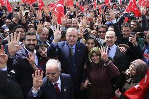 Erdogan na zhromaždení so svojimi priaznivcami.