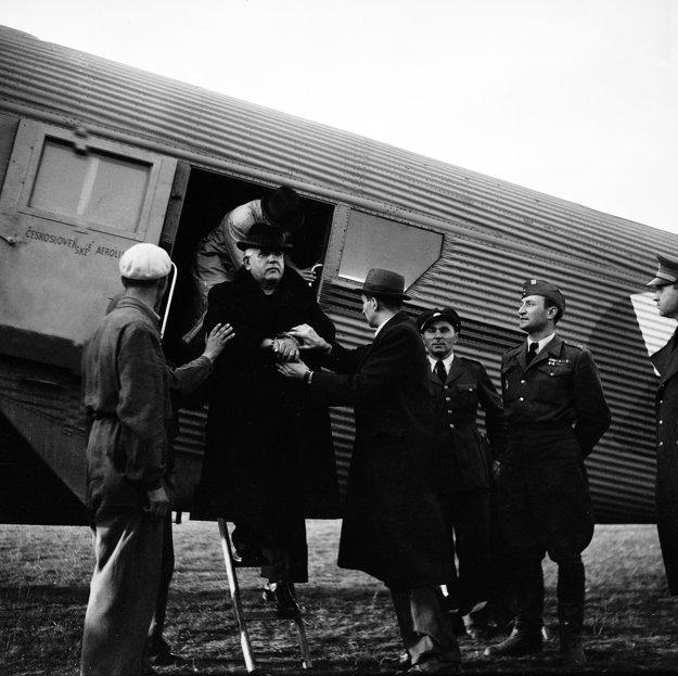 Sliačske letisko Tri duby 29. októbra 1945. Odchod Tisovej vlády do Bratislavy.