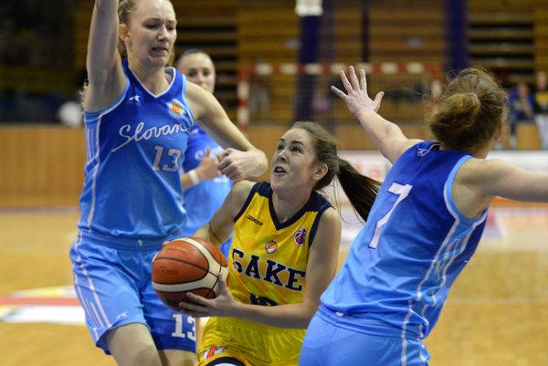 Sára Majorošová (v strede) si vďaka výkonom v košickom drese vyslúžila štipendium na americkej univerzite.