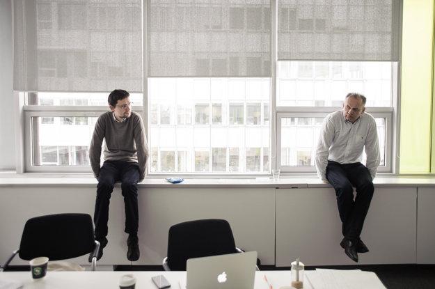Šéf volebného tímu Rado Baťo a Andrej Kiska počas rokovania volebného štábu.