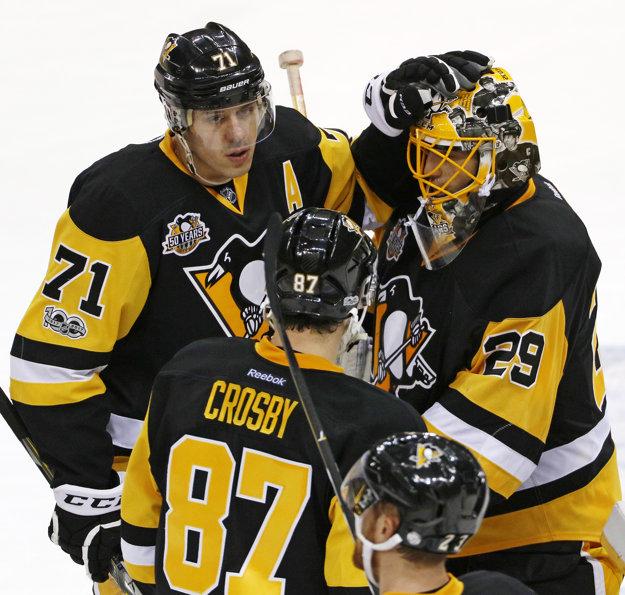 Hráči Pittsburghu Penguins - brankár Fleury, Crosby a Malkin oslavujú víťazstvo v druhom zápase play-off proti Columbusu.