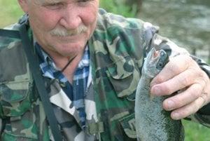 Dlhoročný rybár Jaroslav Elischer sa mohol pochváliť takmer kapitálnym pstruhom dúhovým, ktorý mal bezmála 40 centimetrov.