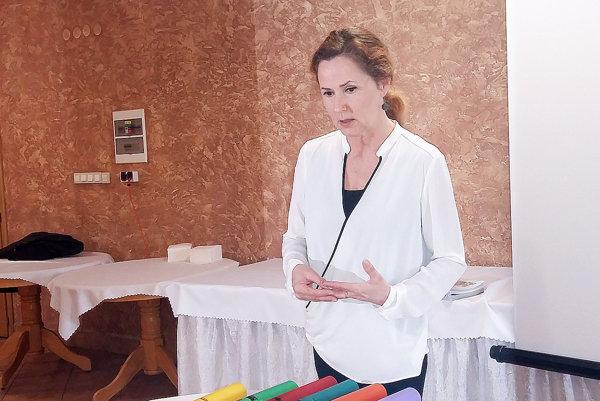 Anna Šimánková predstavuje netradičný hudobný nástroj – duté trubky.