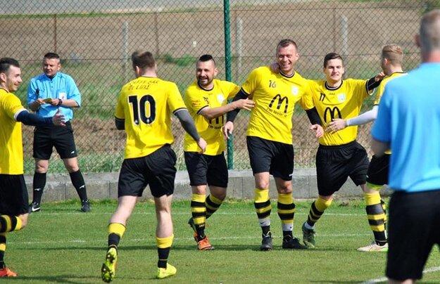 Futbalisti Lapáša sa tešili v Nevidzanoch už v prvej minúte. Strelcom jediného gólu v zápase bol Pavol Zlatňanský (č. 16).