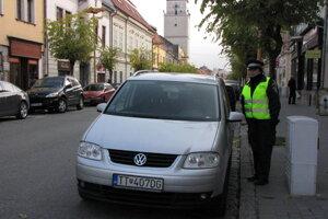 V Trnave kontrolujú parkovacie lístky samostatné hliadky,ktoré sa venujú iba tomuto. V Piešťanoch na  to zatiaľ nemajú personálne kapacity.