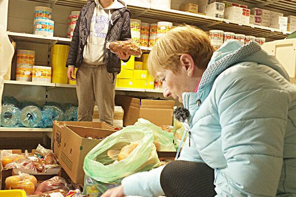 Zo skladov jednej pekárne v meste Považská Bystrica putujú balíčky s potravinami do širokého okolia.