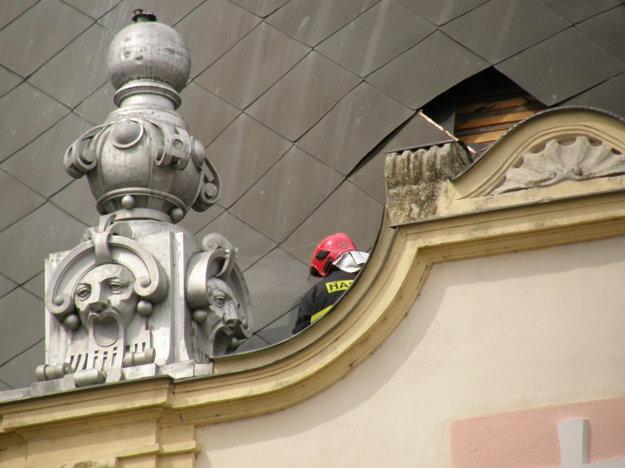 Poškodená strecha súdu.