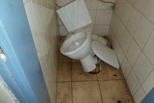 V týchto dňoch vo Vyšnom Nemeckom opäť zdemolovali niektoré toalety určené pre cestujúcich.
