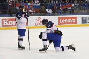 Na snímke sklamaní slovenskí hokejisti Patrik Hrehorčák (vľavo) a Filip Krivošík po inkasovanom góle v predĺžení štvrťfinálového zápasu na majstrovstvách sveta v hokeji hráčov do 18 rokov Slovensko - Rusko.
