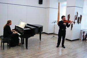 Farhad Ashumov sa predstavil so slovenskou klaviristkou Vierou Bartošovou.
