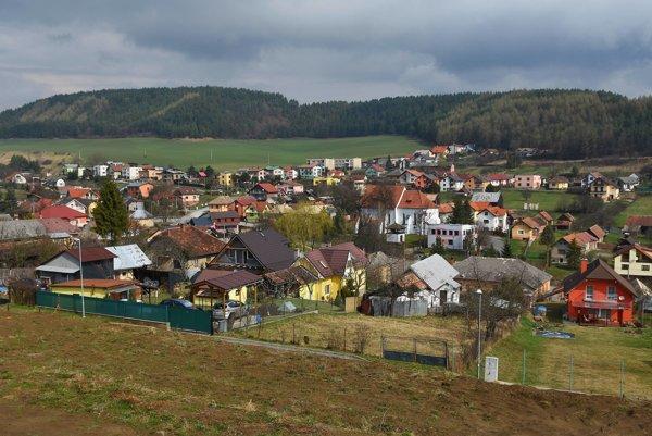 Juhovýchodný pohľad na obec Dravce v pozadí Levočské vrchy.