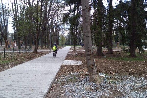 V parku pribudli betónové plochy.