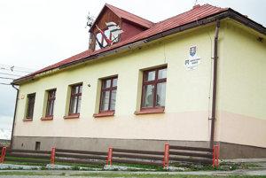 Takmer storočná budova obecného úradu.