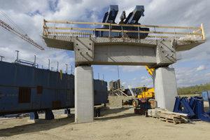 Situácia na stavenisku najdlhšieho 559 m mosta úseku pri obci Vajkovce, ktorý pôjde aj ponad rieku Torysa.