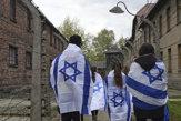 Pochod živých z Auschwitzu do Birkenau absolvovali tisíce ľudí