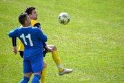 Domáci Patrik Trúnek (v žltom) v súboji o loptu s hosťujúcim Ondrejom Breznickým v zápase Dolná Súča - Veľké Bierovce/Opatovce 0:5.