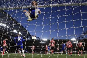 Futbalisti londýnskej Chelsea sa priblížili k zisku majstrovského titulu. V 33. kole anglickej Premier League zdolali FC Southampton 4:2 a zvýšili svoj náskok pred Tottenhamom Hotspur na sedem bodov.