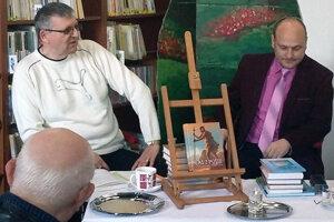 Zľava moderátor a režisér R. Kendera s autorom M. I. Chovanom.
