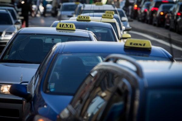 Protest taxikárov v Bratislave proti službe Uber.
