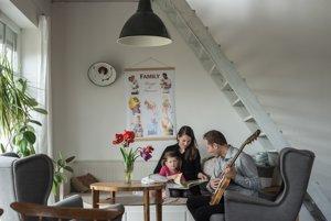 Manželia pracujú z domu, preto sú s dcérkou stále.