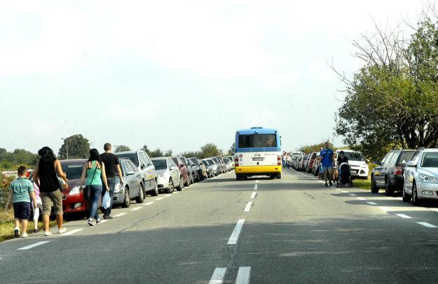 Obrovský záujem. Parkovisko kapacitne nestíha, ľudia parkujú na ceste.