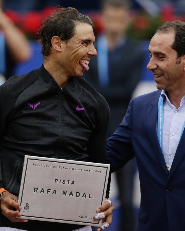 Rafael Nadal (vľavo) dostal od bývalého tenistu Alberta Costu plaketu, ktorá symbolizuje premenovanie centrálneho kurtu práve po Nadalovi.