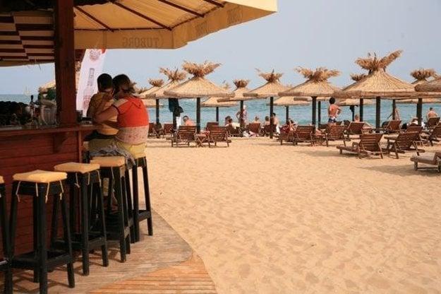 Pláž na Slnečnom pobreží ponúka široké možnosti zábavy, športu a občerstvenia.