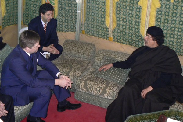 Premiér Robert Fico sa v roku 2007 stretol aj slíbyjským vodcom Muammarom Kaddáfím vjeho stane.